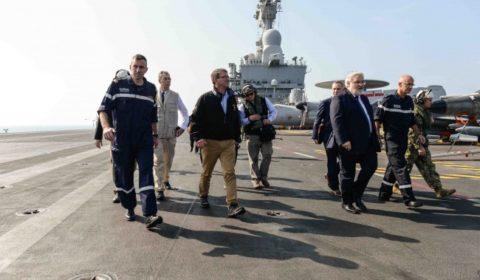 Ash Carter quitte le Charles de gaulle en compagnie du capitaine de vaisseau Eric Malbrunot, du secrétaire dEtat français Jean-Marc Todeschini de lamiral René-Jean Crignola