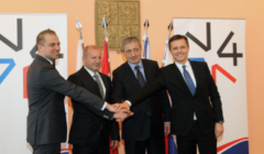 Lors de la dernière réunion des ministres de la défense, le Polonais Macierewicz comme le Slovaque Glváč avaient évité de poser sur la photo du groupe de Visegrad. Cest sûr...