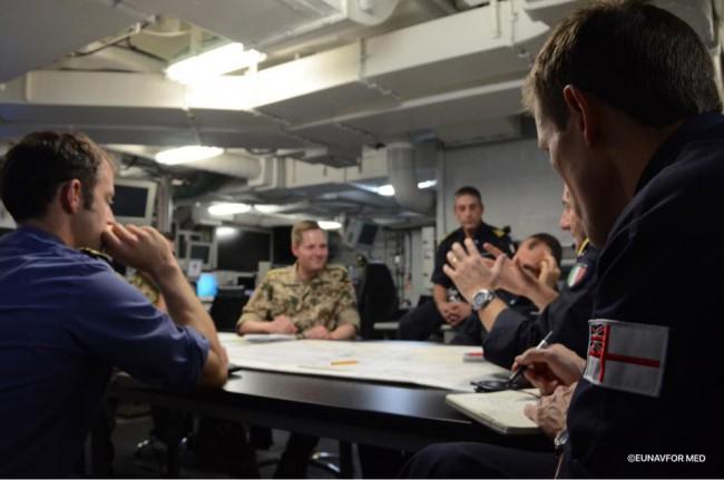 réunion quotidienne dans le QG flottant du Cavour de l'opération EUNAVFOR MED en Méditerranée