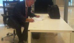 En juin à Luxembourg, Jean Asselborn, a trouvé un coin de table, pour rédiger ses dernières notes... (© NGV / B2)