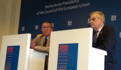 Ioannis Mouzalas et Nikos Toskas, ministres grecs délégués lun à la Migration, lautre à la protection civile, à Amsterdam (© NGV / B2)