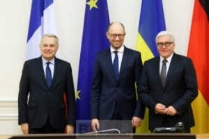 Ayrault, Steinmeier à Kiev, aux cotés du Premier ministre ukrainien Iatseniouk qui a réussi à rester en poste (crédit : MAE allemand / U. Grawobsky)