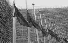 Les drapeaux européens abaissés au siège de la Commission européenne (crédit : CE)