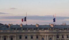 Les drapeaux en berne au dessus du Quai dOrsay et de Paris (crédit : MAE France)