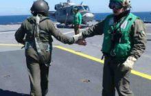 Dernière poignée de main des mécanos et pilotes avant dembarquer pour faire un vol de reconnaissance (© NGV / B2)