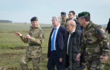 Les ministres britannique M. Fallon et français JY Le Drian en visite sur le terrain de lexercice (crédit : MOD Uk)