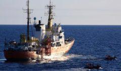 Les canots de sauvetage du Francfort font la navette vers le navire Aquarius de lONG SOS Méditerranée (crédit : Bundeswehr)