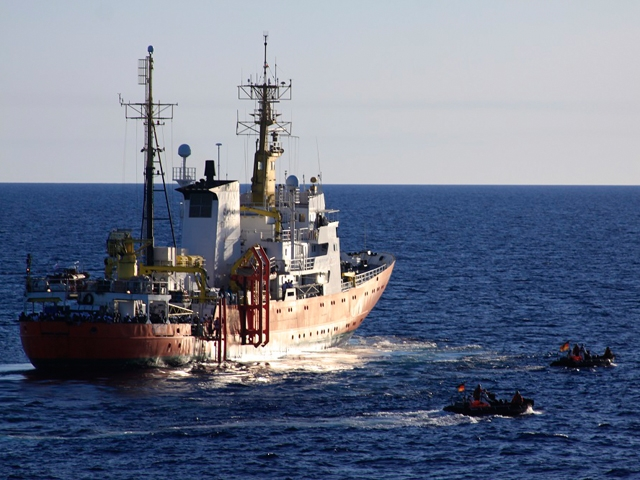 Les canots de sauvetage du Francfort font la navette vers le navire Aquarius de l'ONG SOS Méditerranée (crédit : Bundeswehr)