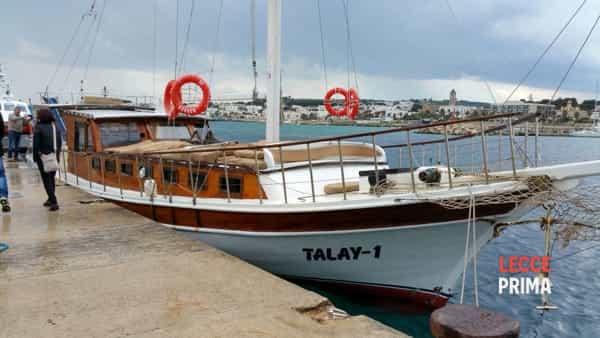 Un voilier battant pavillon turc, avec des migrants, secouru au large de Leuca