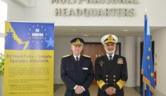Il y a bien un QG européen qui fonctionne... au Royaume-Uni. Le QG de lopération EUNAVFOR Atalanta. Ici le Contre amiral suédois Jonas Wikström avec le chef détat-major de la marine pakistanaise Muhammad Zakaullah (crédit EUNAVFOR Atalanta)