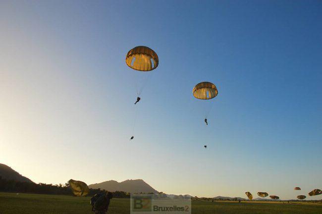 (crédit : EMA / DICOD - archives B2 - exercice de parachutisme en Nouvelle Calédonie)