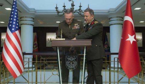 Le général Dunford avec son homologue turc le général Hulusi Akar lors de sa visite en Turquie en janvier (crédit : Dod.Us / Archives B2)