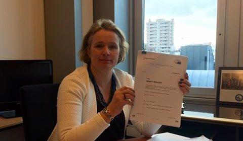 Vicky Ford présente son rapport sur le contrôle des armes dans son bureau (crédit : Vicky Ford / Facebook)