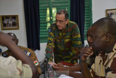 Le général Harvent écoute le plan d'opération élaborer par un groupe (Crédit: EUTM Mali)