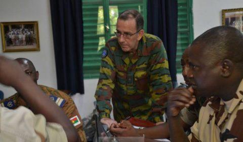 Le général Harvent écoute le plan dopération élaborer par un groupe (Crédit: EUTM Mali)