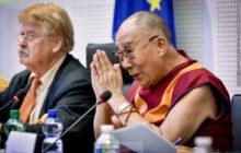 Le Dalai Lama et Elmar Brock, président de la commission AFET (Crédit : PE)