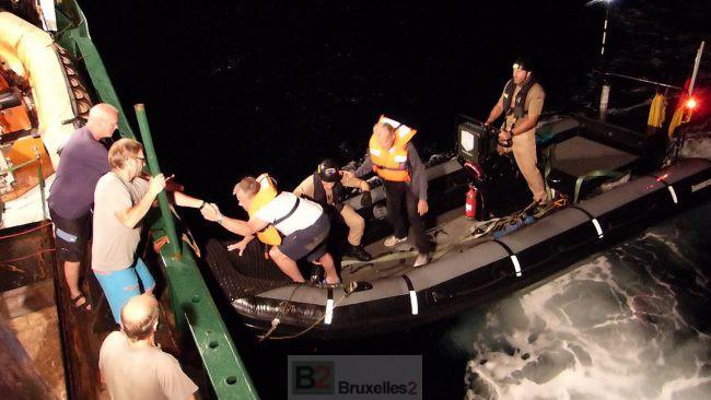 transfert des deux marins libérés à bord du Sea-Eye par les marins du Werra (crédit : Sea-Eye)