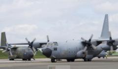 C-160 et C-130 côte à côte sur le tarmac pour lexercice EAATTC juin 2016 (crédit : DICOD)