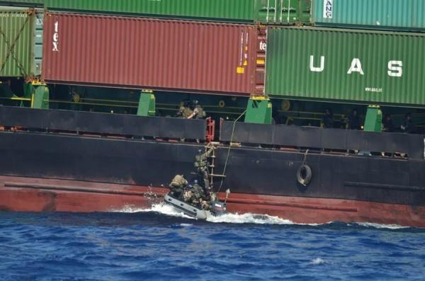 L'aviso L'Her en mission de contrôle des armes (crédit : Marine Nationale / Cols Bleus)