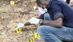 Un policier malien place les marqueurs de preuves sur une scène de crime (Crédit : EUCAP Sahel Mali)