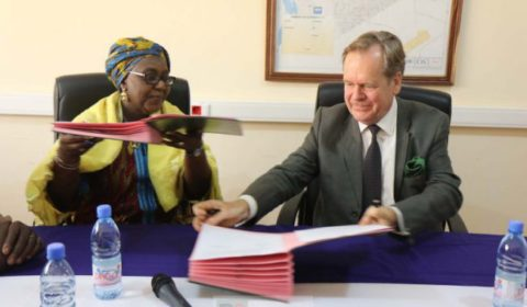 Le chef de la mission, Albrecht Conze, a signé laccord au nom dEUCAP (Crédit : Eucap Sahel Mali)