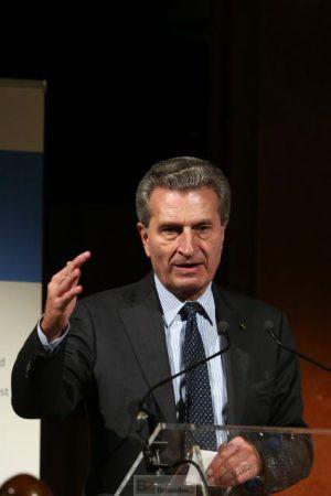 Oettinger s'envole en compagnie d'un homme d'affaires (maj2)