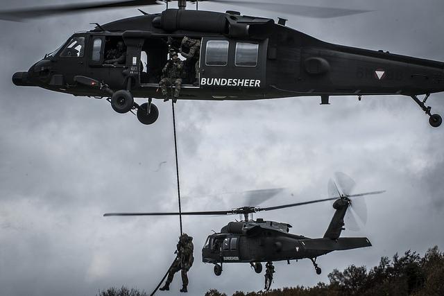 Des soldats déposés par des hélicoptères (Crédit: EDA)