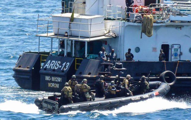 Le navire Aris 13 libéré, escorté par le Courbet (V2)