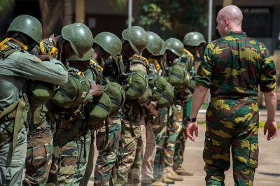 Saut en parachute pour les Maliens