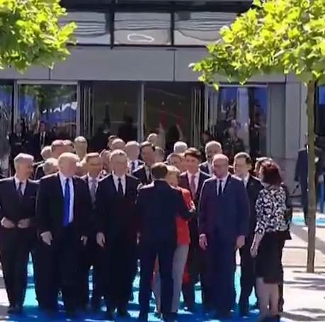 Quand Macron snobe Donald Trump et réjouit Angela Merkel