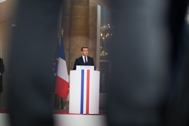 Macron remet au pas l'armée. Un tir politique, à fragmentation (V2)