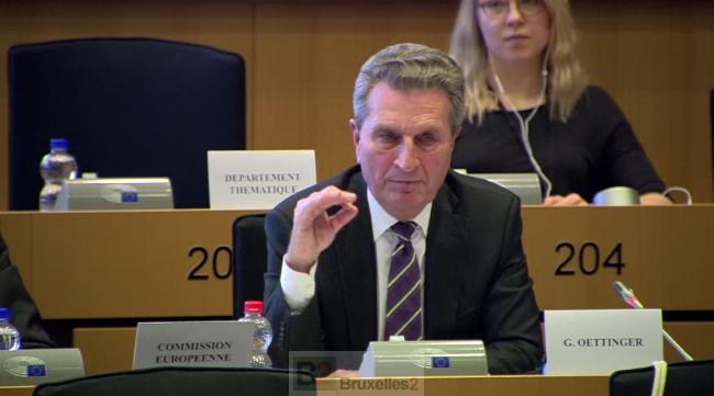 Droit dans ses bottes, Oettinger ne convainc guère les députés, pire il les provoque