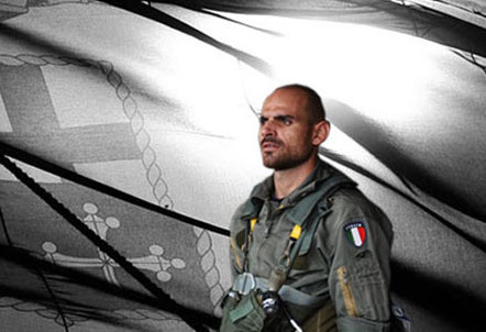 La marine italienne perd un homme en mer lors d'un vol de nuit (V2)
