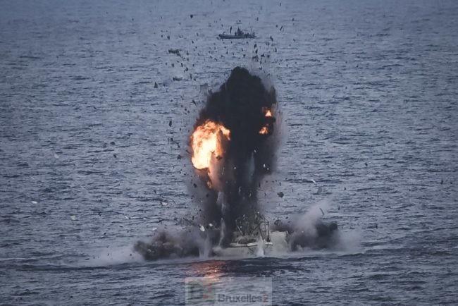 Un bateau pirate repéré par les forces d'Atalanta détruit près des côtes somaliennes (V2)