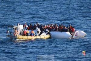Le Cigala Fulgosi basé à Tripoli au secours d'un bateau en perdition