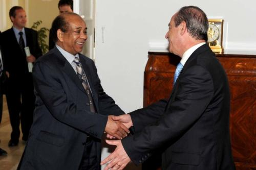 Le Premier ministre Gonzi avec l'ancien ambassadeur libyen à l'ONU, Abdel Rahman Shalgham (Crédit : gouvernement maltais)