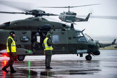 Hélicoptères sur le tarmac en attente de décollage