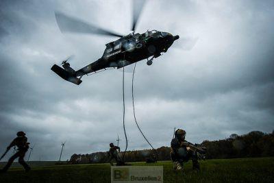 Soldats en protection de zone une fois déposés par l'hélicoptère