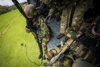 Soldats sur le point de descendre sur zone