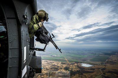 Tir de protection depuis hélicoptère pour sécuriser un convoi