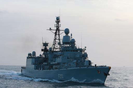 Relais de navire et d'avion en Méditerranée pour Sophia