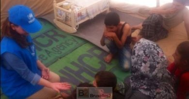 Une éducatrice du UNHCR avec un groupe d'enfants syriens (Crédit : UNHCR)